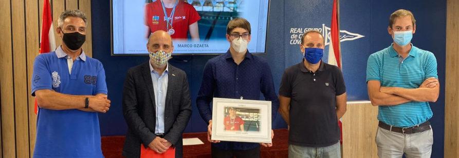 Foto entrega del reconocimiento a Marco Ozaeta