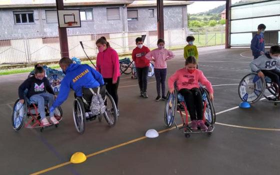 Niños practicando baloncesto en silla de ruedas